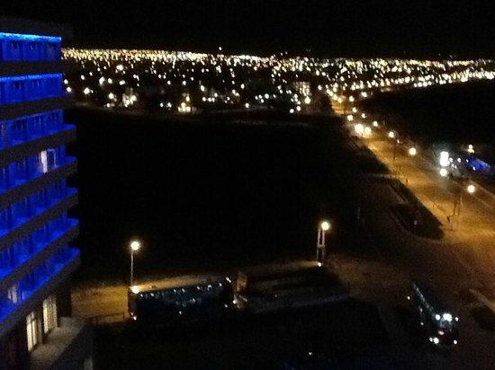 Rayentray Puerto Madryn Hotel: Vista de noche de Puerto Madryn desde la habitación