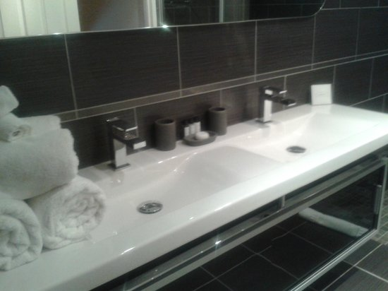The Clarence Hotel: Dual Sinks
