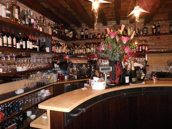 Ca' Leon: Bar area in front of ristorante.
