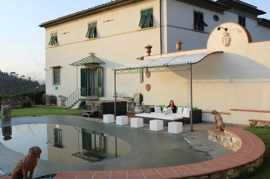 Relais Villa Il Sasso Historical Place: Jardin et piscine (une fois la bâche enlevée)