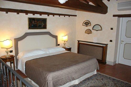 Relais Villa Il Sasso Historical Place: Chambre à coucher, avec salon privé au rez de chaussée