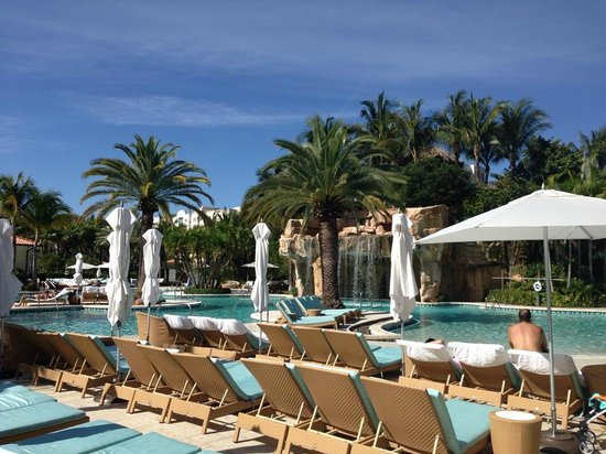 Turnberry Isle Miami, Autograph Collection: Laguna pool from Cabana