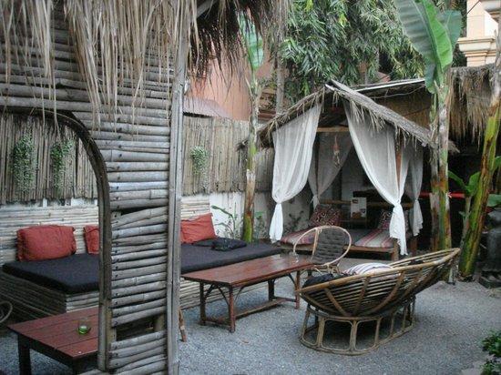 Babel Guesthouse: Garden Area