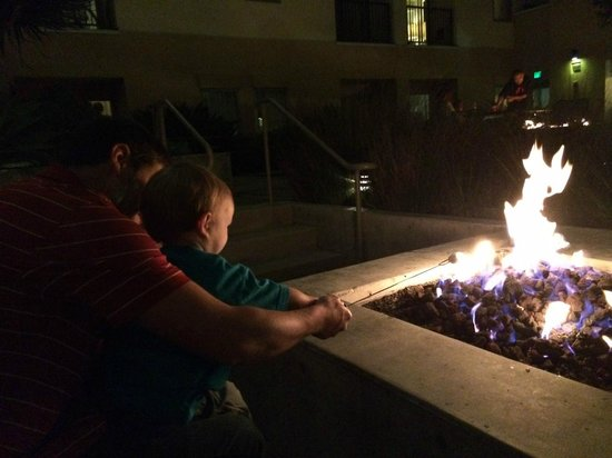 Kimpton Shorebreak Hotel: S'mores by the fire pit in the courtyard