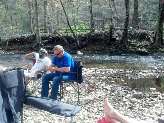 Riverbend Motel & Cabins : Chilling by the River