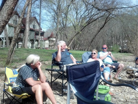 Riverbend Motel & Cabins : Sitting out by the River Chilling