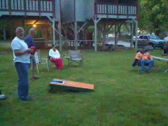Riverbend Motel & Cabins : Corn Hole games
