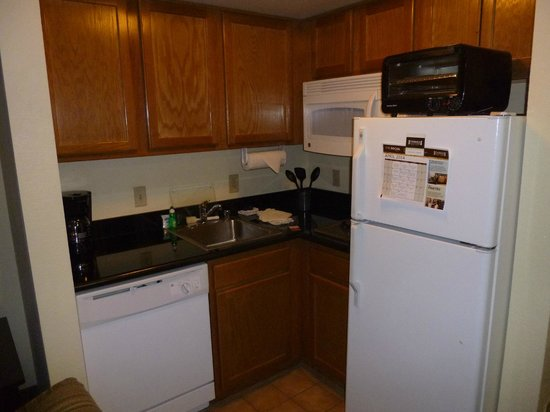 Staybridge Suites Denver International Airport : Kitchen