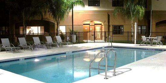 Crestwood Suites Lakeland: Outdoor Large Heated Swimming Pool