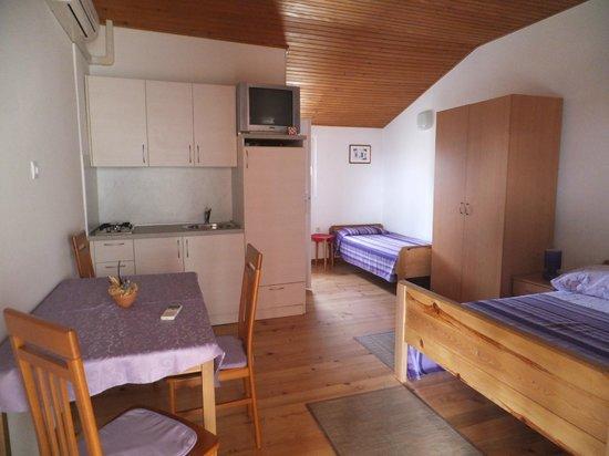 Apartments La Pergola: Monolocale con letto matrimoniale,  tv/sat, frigorifero, aria condizionata, terrazzo in comune