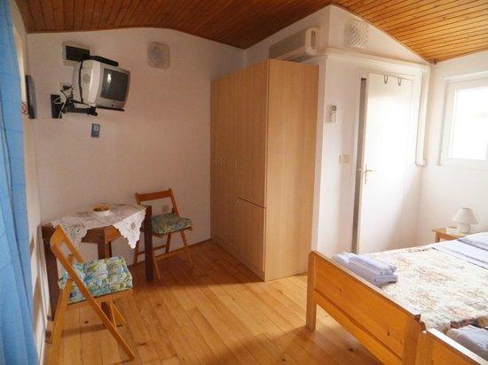 Apartments La Pergola: Camera doppia con bagno, tv/sat, frigorifero, aria condizionata e terrazzo in comune