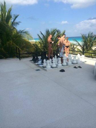 Flamingo Cancun Resort: Giant chess at Flamingo
