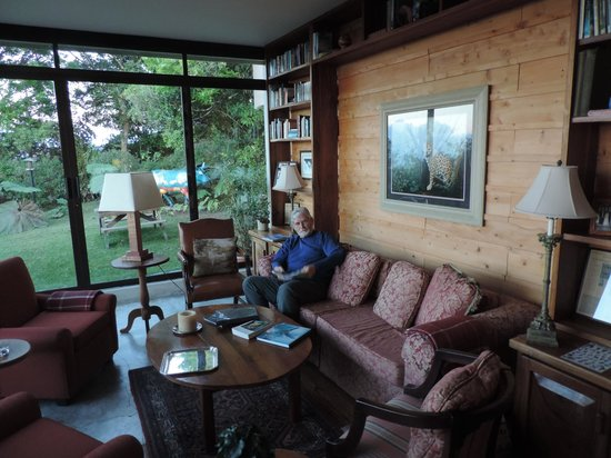Poas Volcano Lodge: the reading room with views of Volcano