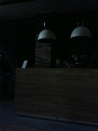 Hotel Praktik Bakery: la recepción durante el corte de luz.