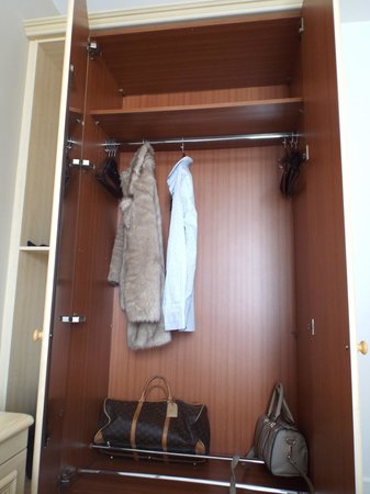 Beachcombers Hotel: spacious wardrobe in the standard double room