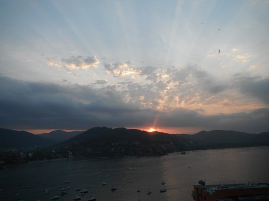 Zihuatanejo Bay: sunrise in Zihua Bay