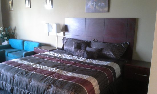 Knights Inn Fayetteville/Fort Bragg: wall pictures and king bed