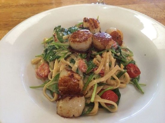 Bohemia Cafe and Bar: Linguine with scallops, spinach and cherry tomatos in a white wine creamy sauce