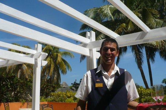 Hotel Tuxpan Varadero: Le beau et gentil Émilio au bar de l'hotel