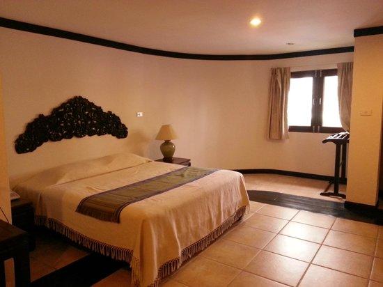 Cucumber Inn Suites: room interior