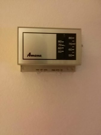 Fairfield Inn & Suites by Marriott Newark Liberty International Airport : Wall-mounted AC control