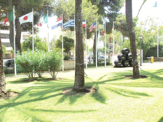 Hotel Jerez & Spa: Zona ajardinada en el exterior del hotel.