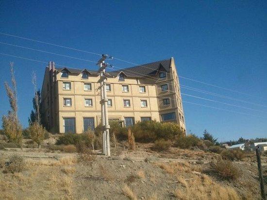 Esplendor Hotel El Calafate: frente, se llega desde la ciudad por escaleras que acortan camino. Del epicentro estan a 4 cuadr