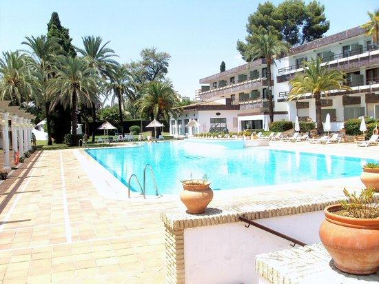 Hotel Jerez & Spa: Piscina del hotel.