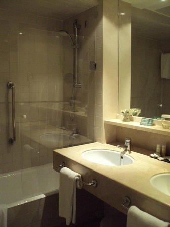 Hotel Jerez & Spa: Vista del baño de habitación doble estándar.