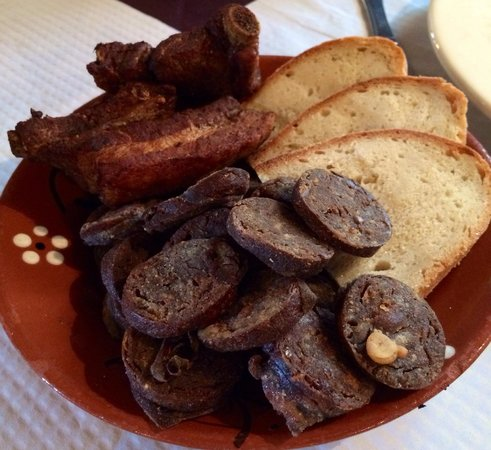 Ti Choa: Morcela e torresmos de cabinho com pão