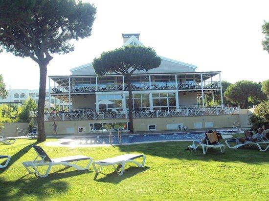 Hotel Nuevo Portil golf: Fachada posterior del hotel y piscina.