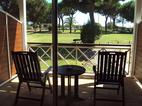Hotel Nuevo Portil Golf: Vista desde la habitación de la terraza de esta y del campo de golf.