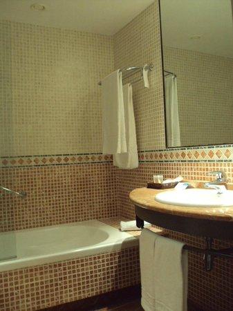 Hotel Nuevo Portil Golf: Baño de habitación doble estándar.