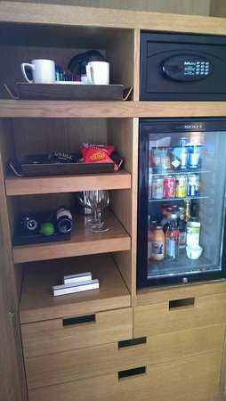 Tigerlily Hotel : Some of the free amenities and the mini bar