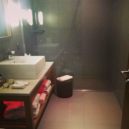 Tigerlily Hotel: Our amazing bathroom. No seriously. It was amazing.
