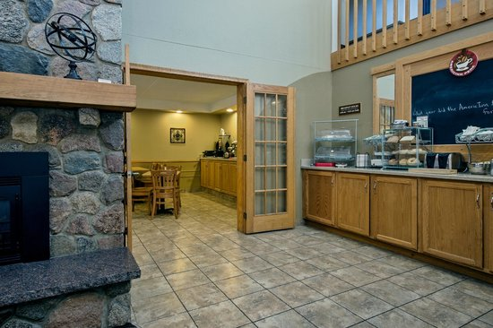 AmericInn Lodge & Suites Bemidji: BREAKFAST AREA