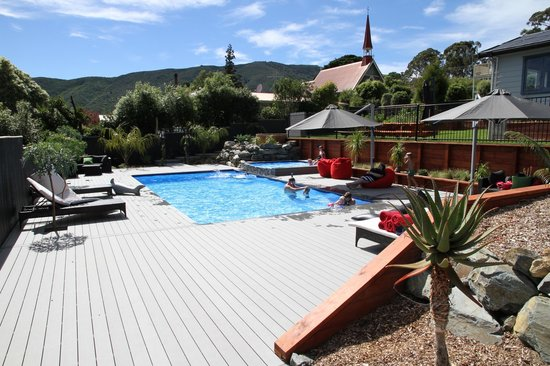 Havelock Motel and Motor Lodge: Many areas to relax and enjoy the Pool