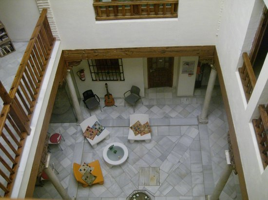 White Nest Hostel Granada: The inner courtyard patio