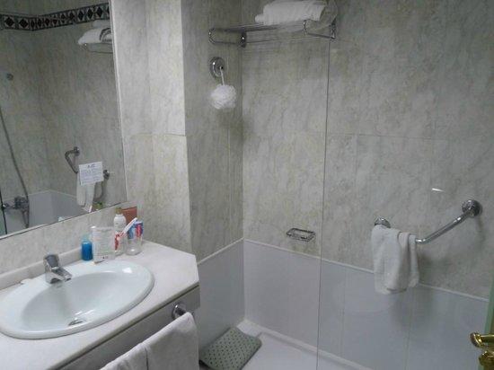 Angela Hotel: Bathroom
