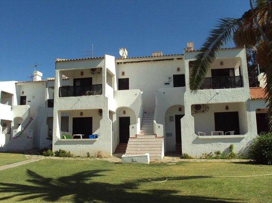 Pedras da Rainha : Grupo de apartamentos con los nidos de golondrina en el alero.