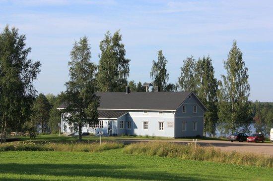 The restaurant of Sininen Helmi operates in an idyllic 19th century manor house.