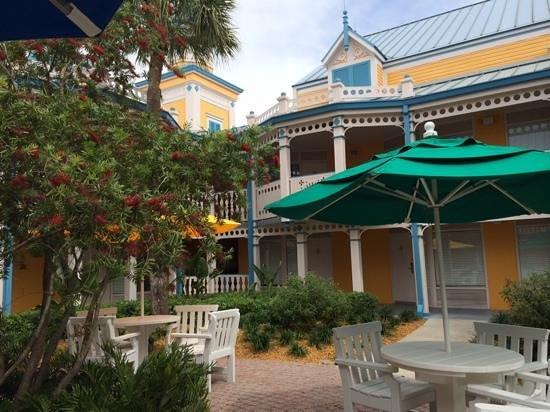 Disney's Caribbean Beach Resort: courtyard in Jamacia village