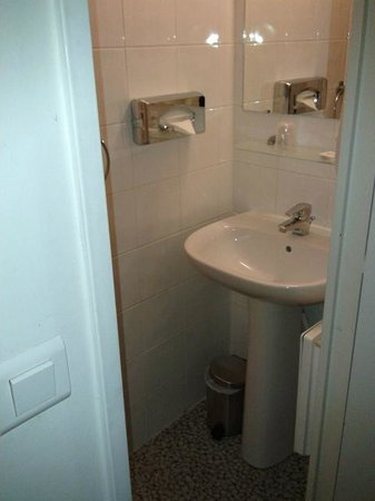 Comfort Hotel Paris La Fayette : lavandino con doccia