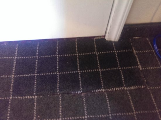 La Quinta Inn & Suites Phoenix Mesa West: Poorly patched carpet in doorway