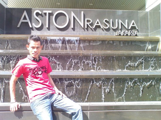 Aston Rasuna: depan hotel