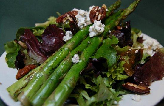 Green Leaf Vegetarian & Vegan Restaurant: Beet & Asparagus Salad