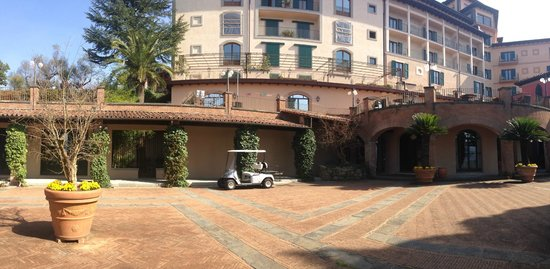 Renaissance Tuscany Il Ciocco Resort & Spa: outside the main entrance