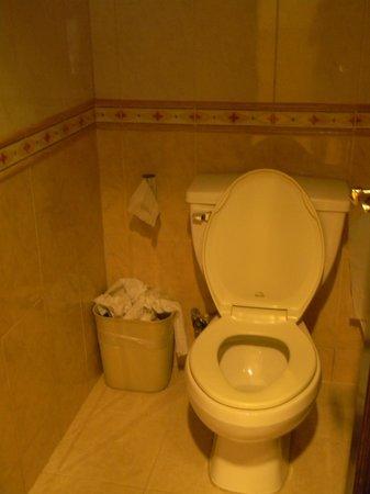 Hotel Riu Palace Cabo San Lucas: baños al lado de buffet sucios