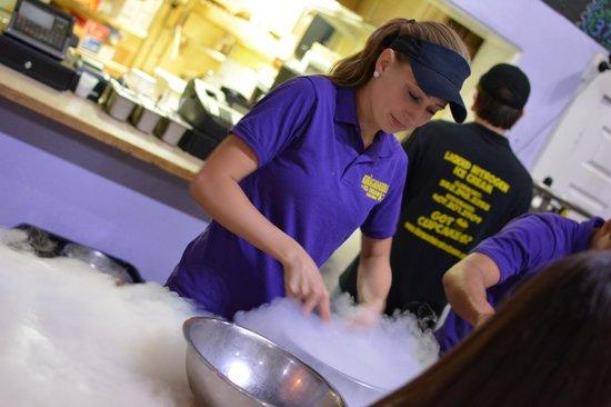 Abracadabra Ice Cream Factory : mixing the treat