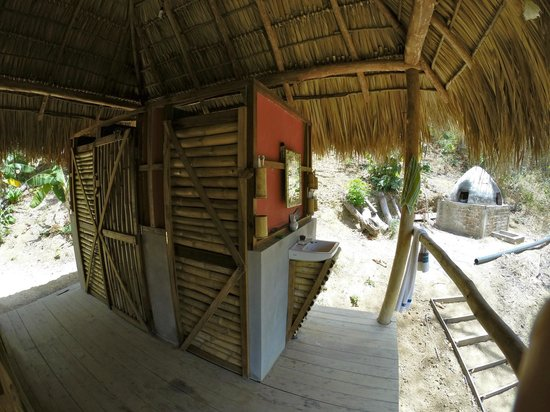 Hostel Clandestino: Toilet and Shower area